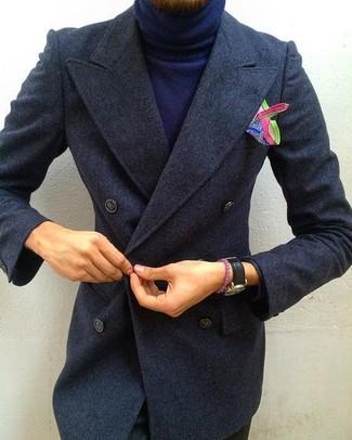 Как и с чем носить: темно-серое длинное пальто, темно-синяя водолазка, черные брюки чинос, разноцветный нагрудный платок с принтом
