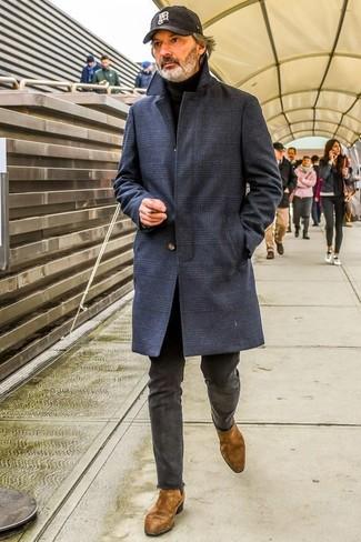 Как и с чем носить: темно-синее длинное пальто в шотландскую клетку, черная водолазка, темно-серые брюки чинос, коричневые замшевые ботинки челси
