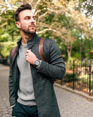 Как и с чем носить: темно-серое длинное пальто, серая вязаная водолазка, темно-синие брюки чинос, коричневый кожаный рюкзак