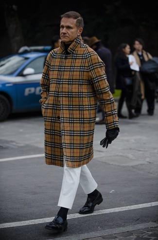 Как и с чем носить: светло-коричневое длинное пальто в шотландскую клетку, черная водолазка, белые брюки чинос, черные кожаные лоферы