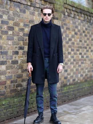 Как и с чем носить: черное длинное пальто, темно-синяя шерстяная водолазка, темно-сине-зеленые брюки чинос в шотландскую клетку, черные кожаные повседневные ботинки