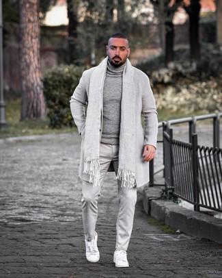 Как и с чем носить: серое длинное пальто, серая шерстяная водолазка, серые брюки чинос, белые кожаные низкие кеды