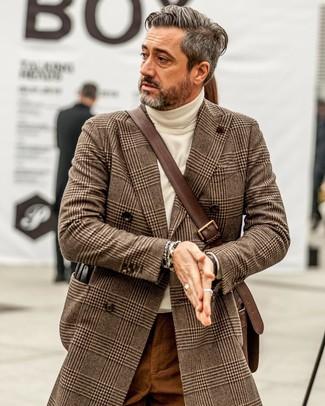 """Как и с чем носить: коричневое длинное пальто с узором """"гусиные лапки"""", бежевая водолазка, табачные брюки чинос, темно-коричневая кожаная сумка почтальона"""