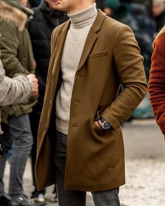 Как и с чем носить: коричневое длинное пальто, бежевая водолазка, темно-серые шерстяные брюки чинос, черные кожаные часы
