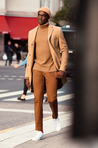 Как и с чем носить: светло-коричневое длинное пальто, светло-коричневая водолазка, табачные брюки чинос, белые кожаные низкие кеды