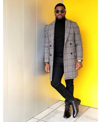 Как и с чем носить: серое длинное пальто в шотландскую клетку, черная водолазка, черные брюки чинос, черные кожаные классические ботинки