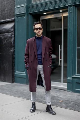 Мода для 30-летних мужчин: Комбо из темно-красного длинного пальто и серых брюк чинос в клетку позволит выразить твою индивидуальность. Что же до обуви, черные кожаные ботинки броги — самый подходящий вариант.