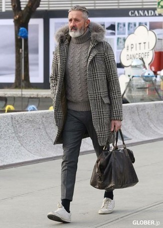 """Модные мужские луки 2020 фото: Комбо из серого длинного пальто с узором """"гусиные лапки"""" и темно-серых шерстяных брюк чинос позволит подчеркнуть твою индивидуальность. Ты сможешь легко адаптировать такой ансамбль к повседневным условиям городской жизни, надев белыми кожаными низкими кедами."""