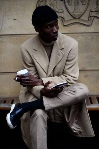 Мода для 20-летних мужчин: Если ты принадлежишь к той категории мужчин, которые любят выглядеть с иголочки, тебе полюбится образ из бежевого длинного пальто и бежевых брюк чинос. черные кожаные слипоны добавят облику расслабленности и динамичности.