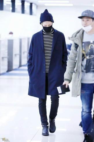 Темно-синее длинное пальто: с чем носить и как сочетать: Темно-синее длинное пальто и темно-синие брюки чинос выигрышно впишутся в любой мужской ансамбль — небрежный повседневный ансамбль или же утонченный вечерний. Теперь почему бы не привнести в повседневный лук толику нарядности с помощью темно-синих кожаных ботинок челси?