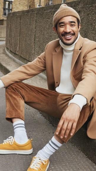 Белая вязаная водолазка: с чем носить и как сочетать мужчине: Если ты любишь одеваться по моде, чувствуя себя при этом комфортно и нескованно, тебе стоит опробировать это сочетание белой вязаной водолазки и коричневых вельветовых брюк чинос. Горчичные низкие кеды из плотной ткани станут классным дополнением к твоему ансамблю.