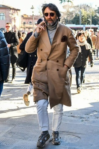 Темно-коричневые носки: с чем носить и как сочетать мужчине: Сочетание светло-коричневого длинного пальто и темно-коричневых носков - очень практично, и поэтому идеально для повседневой носки. В паре с серыми кроссовками весь лук смотрится очень динамично.