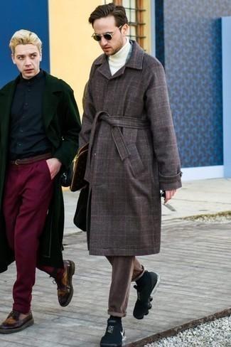 Черные кроссовки: с чем носить и как сочетать мужчине: Темно-коричневое длинное пальто в шотландскую клетку и коричневые вельветовые брюки чинос выигрышно впишутся в любой мужской образ — лёгкий повседневный образ или же утонченный вечерний. Что касается обуви, можешь отдать предпочтение комфорту и надеть черные кроссовки.