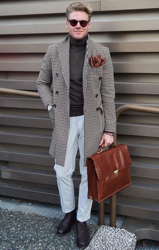 Коричневый кожаный портфель: с чем носить и как сочетать: Если в одежде ты ценишь удобство и практичность, коричневое длинное пальто в клетку и коричневый кожаный портфель — хороший вариант для привлекательного повседневного мужского лука. Любители модных экспериментов могут закончить образ темно-пурпурными кожаными брогами, тем самым добавив в него немного строгости.