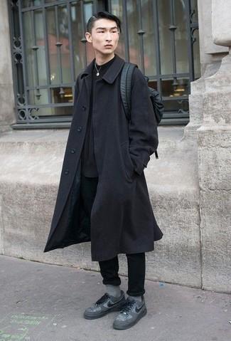 Черный кожаный рюкзак: с чем носить и как сочетать мужчине: Стильное сочетание черного длинного пальто и черного кожаного рюкзака подойдет для тех мероприятий, когда комфорт превыше всего. В сочетании с этим ансамблем прекрасно будут выглядеть серые низкие кеды из плотной ткани.