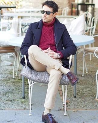 Темно-синее длинное пальто: с чем носить и как сочетать: Темно-синее длинное пальто в сочетании с бежевыми вельветовыми брюками чинос несомненно будет привлекать внимание прекрасных дам. Не прочь привнести сюда толику строгости? Тогда в качестве дополнения к этому ансамблю, стоит выбрать темно-красные кожаные оксфорды.