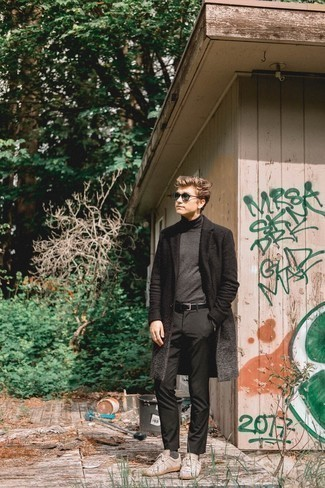 С чем носить темно-зеленые солнцезащитные очки мужчине: Черное длинное пальто и темно-зеленые солнцезащитные очки помогут составить простой и практичный ансамбль для выходного дня в парке или вечера в пабе с друзьями. Переходя к обуви, можно закончить образ бежевыми кожаными низкими кедами.