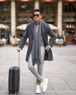 С чем носить серые брюки чинос: Темно-серое длинное пальто и серые брюки чинос — идеальный выбор для поклонников дресс-кода smart casual. Дополни ансамбль белыми кожаными низкими кедами, если не хочешь, чтобы он получился слишком формальным.