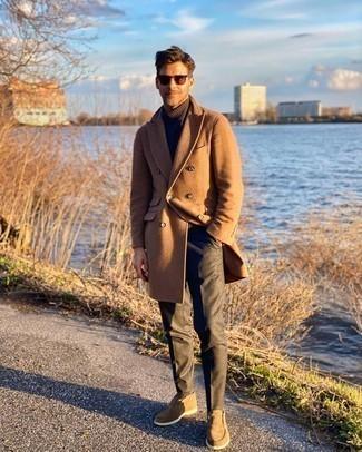 С чем носить золотые часы мужчине: Если в одежде ты делаешь ставку на удобство и практичность, светло-коричневое длинное пальто и золотые часы — превосходный вариант для стильного повседневного мужского ансамбля. Любители свежих идей могут закончить лук светло-коричневыми замшевыми ботинками дезертами, тем самым добавив в него немного строгости.