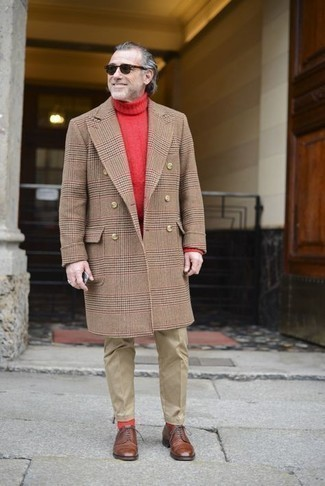 С чем носить светло-коричневые брюки чинос: Если ты приписываешь себя к той немногочисленной категории молодых людей, которые каждый день одеваются с иголочки, тебе придется по душе дуэт светло-коричневого длинного пальто в шотландскую клетку и светло-коричневых брюк чинос. Любители свежих идей могут завершить образ коричневыми кожаными туфлями дерби, тем самым добавив в него чуточку изысканности.