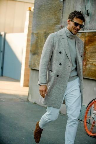 Мужские луки весна: Если ты принадлежишь к той редкой группе джентльменов, которые каждый день стараются одеваться безукоризненно стильно, тебе подойдет лук из серого длинного пальто и белых вельветовых брюк чинос. Этот лук неплохо дополнят коричневые замшевые ботинки дезерты. Когда холодная пора отступает и сменяется более теплыми деньками, мы убираем подальше тяжелые шубы и зимние куртки и начинаем поиски новых и по-весеннему ярких тенденций. Такое сочетание вещей поможет тебе найти недостающее вдохновение.