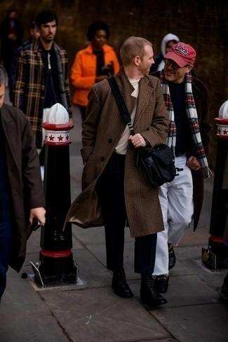 """Мужские луки в прохладную погоду: Если ты принадлежишь к той редкой категории мужчин, неплохо ориентирующихся в одежде, тебе подойдет образ из коричневого длинного пальто с узором """"гусиные лапки"""" и черных брюк чинос. Черные кожаные повседневные ботинки великолепно впишутся в лук."""
