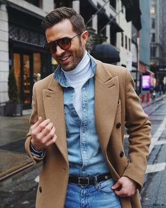 Модный лук: светло-коричневое длинное пальто, белая водолазка, голубая джинсовая рубашка, синие джинсы