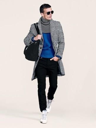 Как и с чем носить: серое длинное пальто в шотландскую клетку, синяя водолазка, черные джинсы, белые высокие кеды