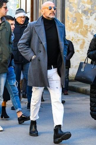 Как и с чем носить: серое длинное пальто, черная водолазка, белые рваные джинсы, черные кожаные ботинки челси