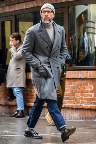 Как и с чем носить: серое длинное пальто, серая водолазка, синие джинсы, черные кожаные монки с двумя ремешками