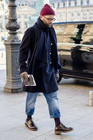 Как и с чем носить: темно-синее длинное пальто, черная водолазка, синие джинсы, черные кожаные туфли дерби