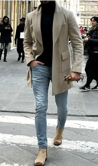 Как и с чем носить: бежевое длинное пальто, черная водолазка, голубые джинсы, бежевые замшевые ботинки челси