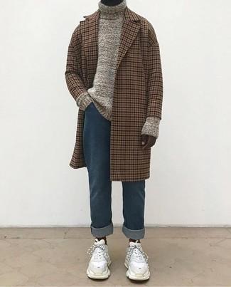 Как и с чем носить: коричневое длинное пальто в клетку, бежевая вязаная водолазка, синие джинсы, белые замшевые кроссовки