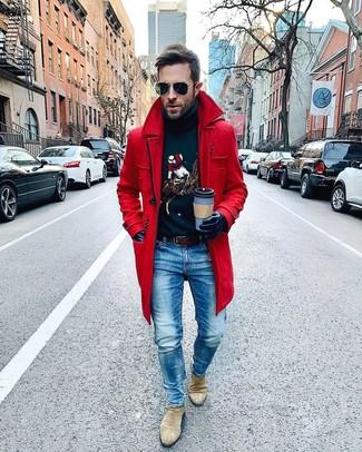 Как и с чем носить: красное длинное пальто, темно-синяя водолазка с принтом, синие джинсы, бежевые замшевые ботинки челси