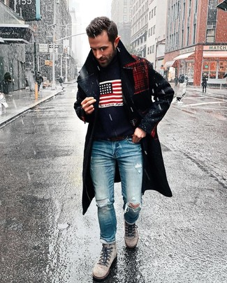 Как и с чем носить: темно-синее длинное пальто, темно-синяя водолазка с принтом, синие рваные джинсы, серые замшевые рабочие ботинки