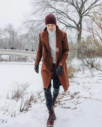 Как и с чем носить: табачное длинное пальто, белая вязаная водолазка, черные джинсы, темно-красные кожаные повседневные ботинки
