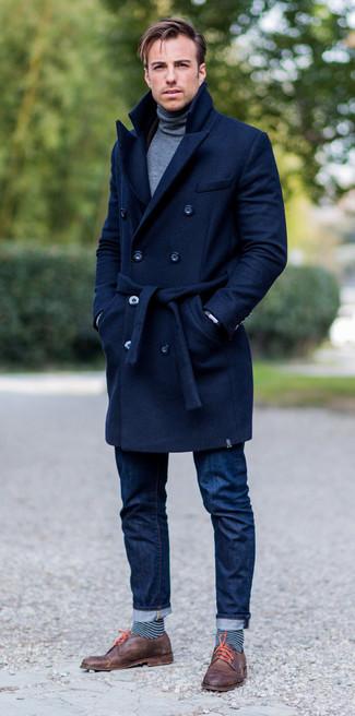 Как и с чем носить: темно-синее длинное пальто, серая водолазка, темно-синие джинсы, коричневые кожаные туфли дерби