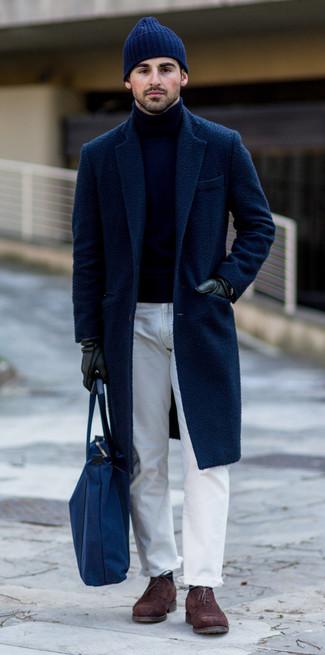 Как и с чем носить: темно-синее длинное пальто, темно-синяя водолазка, белые джинсы, темно-коричневые замшевые оксфорды
