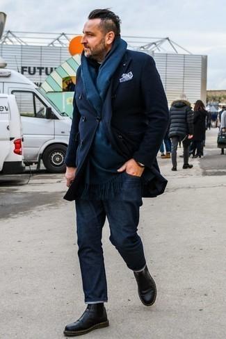 Темно-синее длинное пальто: с чем носить и как сочетать: Темно-синее длинное пальто и темно-синие джинсы — беспроигрышный мужской лук для ужина в ресторане. Хотел бы сделать лук немного строже? Тогда в качестве дополнения к этому ансамблю, обрати внимание на черные кожаные ботинки челси.
