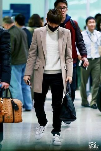 Белая вязаная водолазка: с чем носить и как сочетать мужчине: Примерь сочетание белой вязаной водолазки и черных джинсов, и ты получишь стильный непринужденный мужской образ, который подходит для повседневной носки. Вместе с этим образом выигрышно смотрятся бело-черные кожаные низкие кеды.
