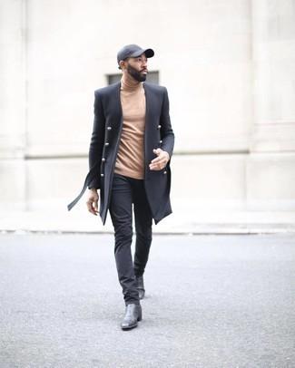 С чем носить темно-серую бейсболку мужчине: Если в одежде ты ценишь комфорт и функциональность, черное длинное пальто и темно-серая бейсболка — превосходный вариант для привлекательного повседневного мужского образа. Любители модных экспериментов могут закончить образ черными кожаными ботинками челси, тем самым добавив в него чуточку изысканности.