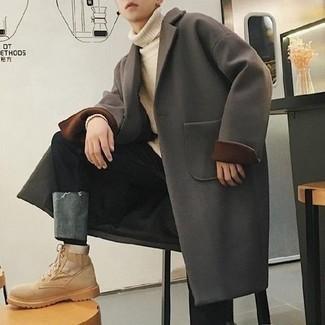 Мужские луки: Нравится выглядеть престижно? Тогда образ из темно-серого длинного пальто и черных джинсов - это то, что тебе нужно. Если сочетание несочетаемого импонирует тебе не меньше, чем безвременная классика, закончи свой наряд бежевыми замшевыми рабочими ботинками.