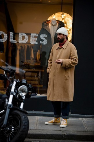 Мужские луки: Светло-коричневое длинное пальто и темно-синие джинсы — замечательное решение для свидания или похода в паб с коллегами. Дерзкие мужчины завершат ансамбль оранжевыми высокими кедами из плотной ткани.