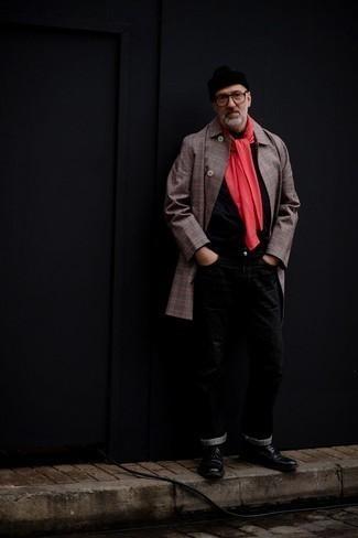 Мужские луки в прохладную погоду: Если ты из той категории мужчин, которые разбираются в моде, тебе придется по душе тандем серого длинного пальто в шотландскую клетку и черных джинсов. Этот образ обретает новое прочтение в сочетании с черными кожаными ботинками броги.