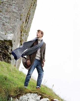 Как и с чем носить: темно-коричневое длинное пальто, белая вязаная водолазка, синие зауженные джинсы, темно-синий шарф с узором зигзаг