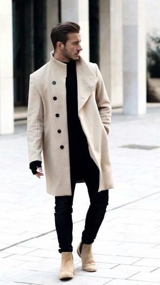 Как и с чем носить: бежевое длинное пальто, черная водолазка, черные зауженные джинсы, бежевые замшевые ботинки челси