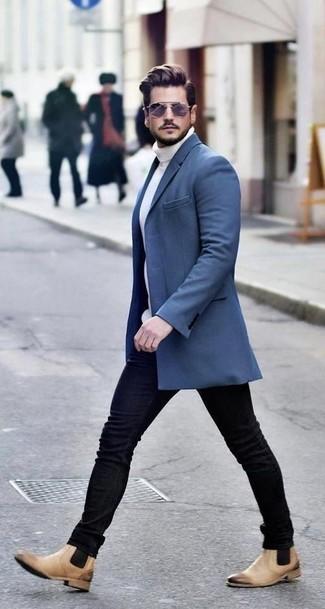 Как и с чем носить: синее длинное пальто, белая вязаная водолазка, черные зауженные джинсы, светло-коричневые кожаные ботинки челси
