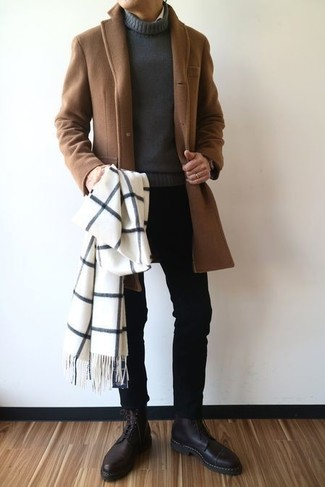 Как и с чем носить: коричневое длинное пальто, темно-серая водолазка, черные зауженные джинсы, черные кожаные классические ботинки