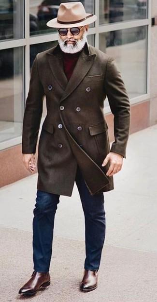 Как и с чем носить: темно-коричневое длинное пальто, темно-красная водолазка, темно-синие зауженные джинсы, темно-коричневые кожаные ботинки челси