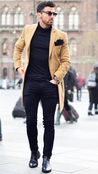 Как и с чем носить: светло-коричневое длинное пальто, черная водолазка, черные зауженные джинсы, черные кожаные ботинки челси